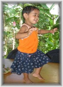 kindergarten_sirasara-tanzt_auf_dem_tisch