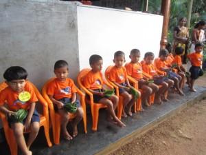 14 Kinder vor dem K.G.